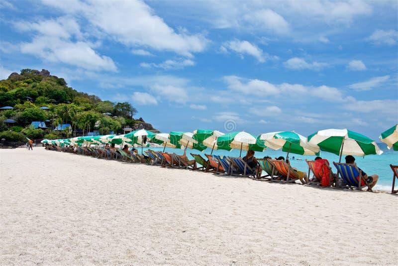 Sonnenschirme und Klappstühle auf einem weißen Strand von Insel Nang Yuan lizenzfreie stockfotos