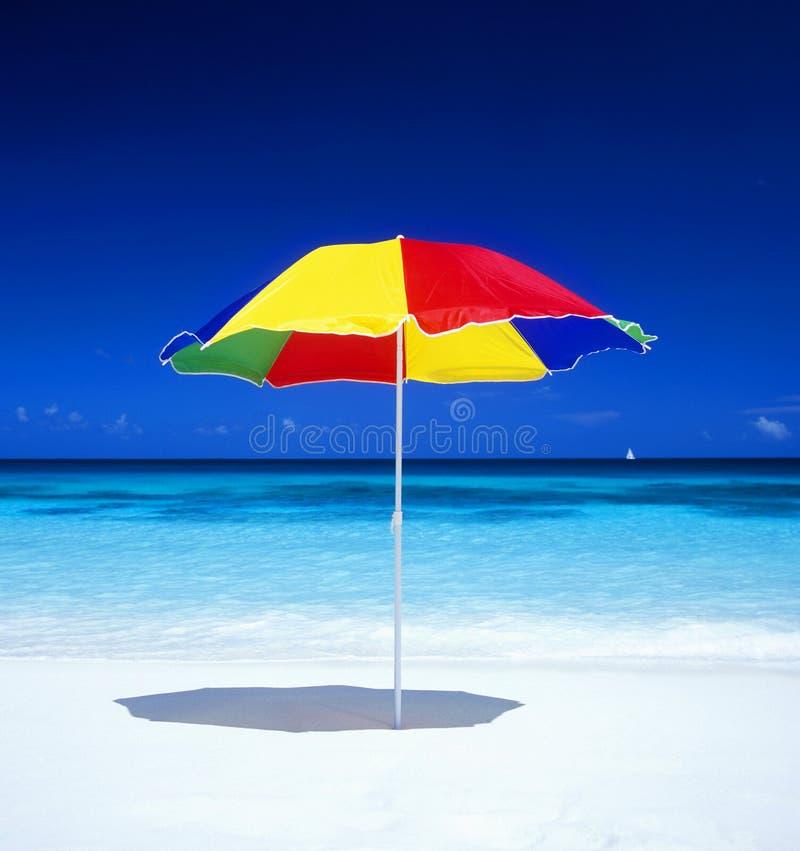 Sonnenschutz auf dem Strand lizenzfreie stockfotografie