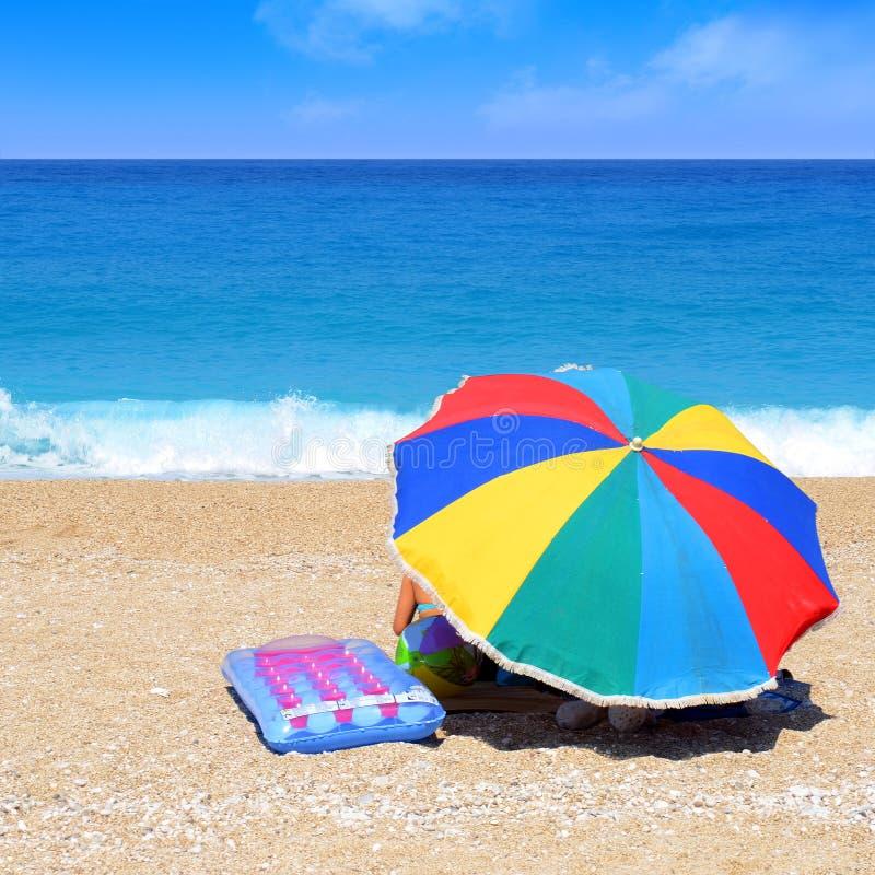 Sonnenschutz auf dem Strand lizenzfreie stockbilder