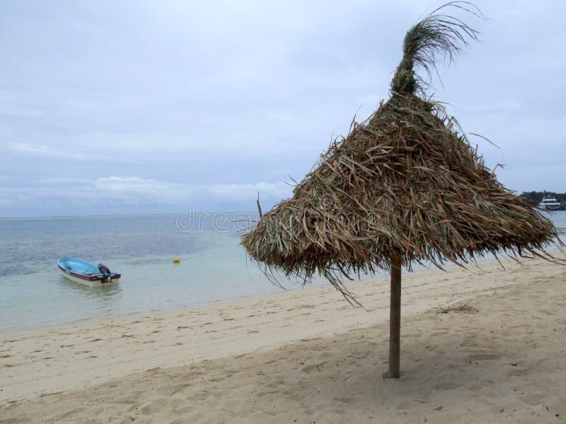 Sonnenschutz auf einem Strand im wolkigen Wetter stockbilder