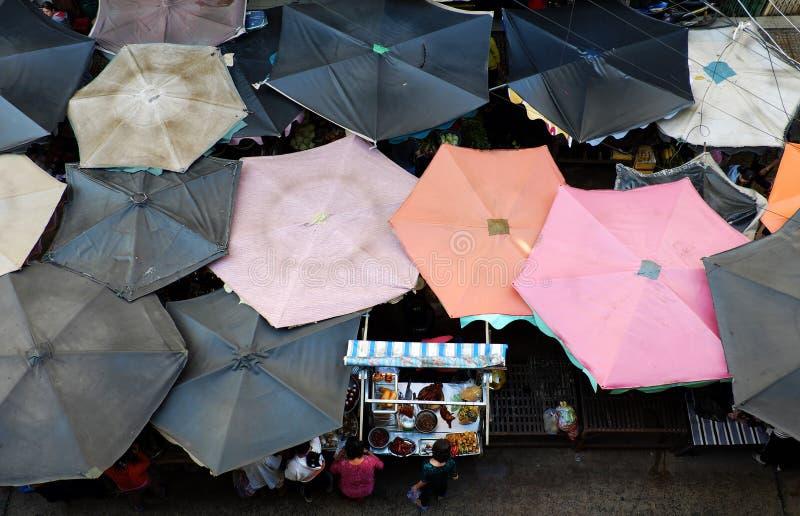 Sonnenschutz, Lebensmittelzähler Markt am im Freien stockbild