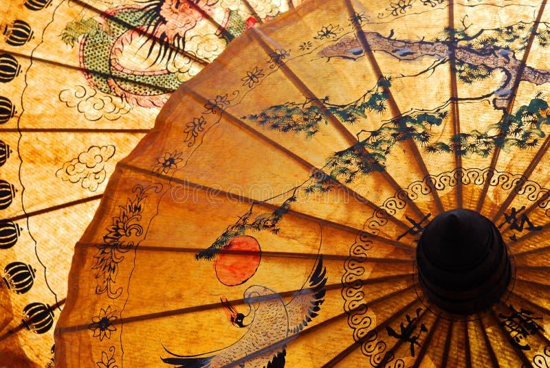 Sonnenschutz mit siamesischer Verzierung stockbild