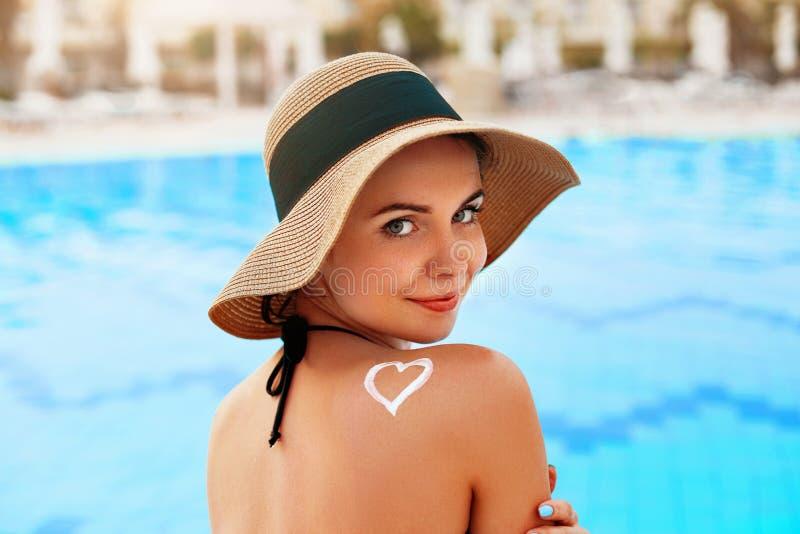 Sonnenschutzmittel Sexy junge Frau, die Lichtschutz-Solarcreme aufträgt stockbilder