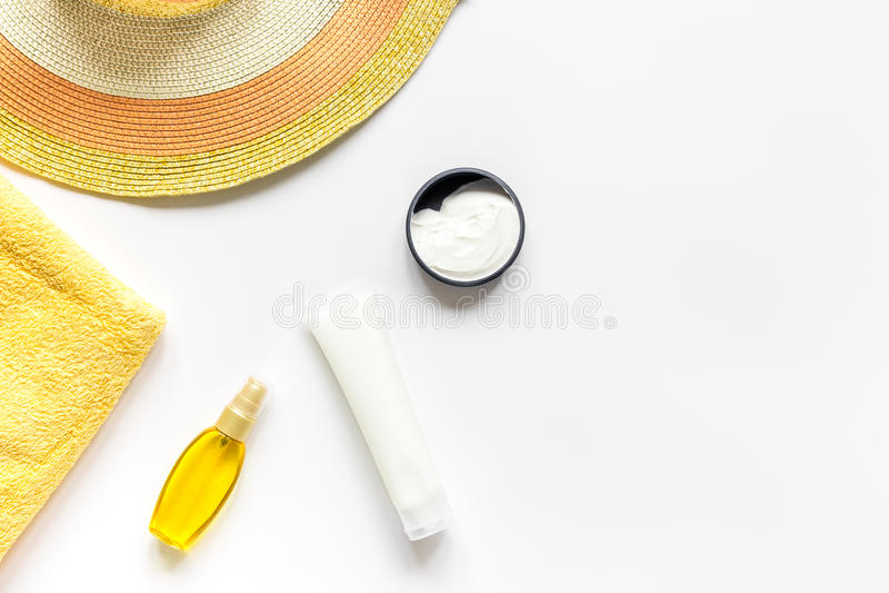 Sonnenschutzzusammensetzung mit Lotion und Creme auf weißem Draufsichtmodell des Hintergrundes lizenzfreie stockbilder
