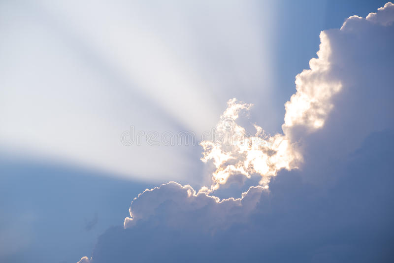 Sonnenstrahl zwischen den Wolken lizenzfreies stockfoto