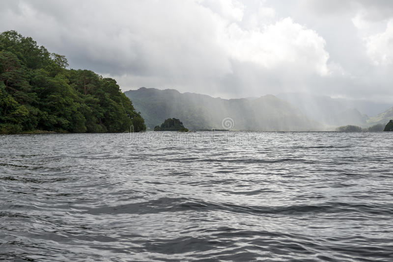 Sonnenstrahlen über großem See stockfotos