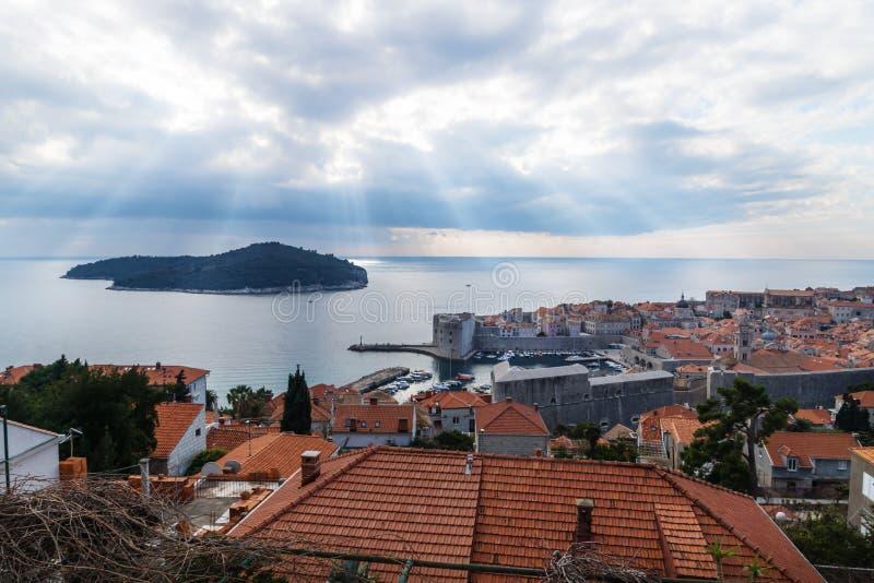 Sonnenstrahlen über Lokrum-Insel mit Vogelperspektive von Dubrovnik, Kroatien lizenzfreie stockfotos