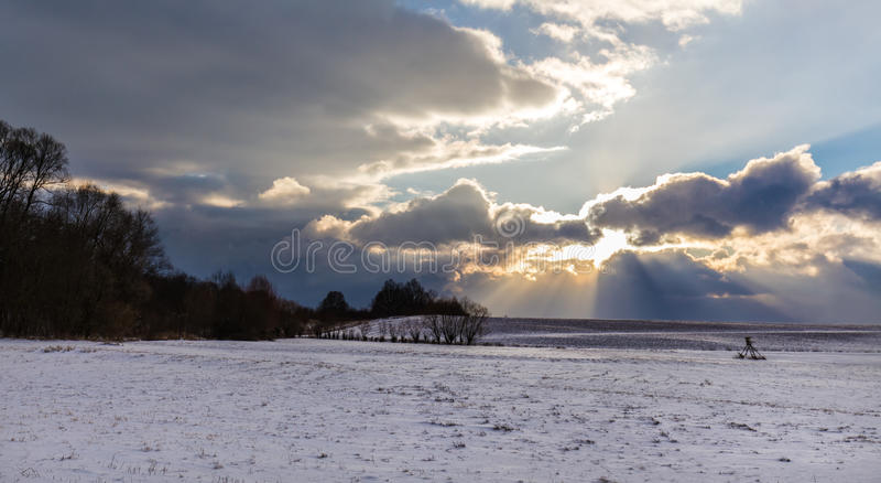 Sonnenstrahlen, die durch dichte Wolken glänzen lizenzfreies stockbild