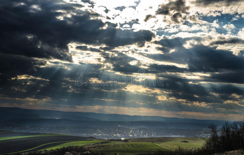 Sonnenstrahlen durch die Wolken stockbild