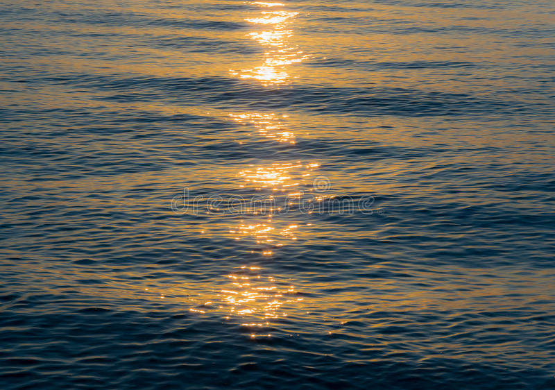 Sonnenstrahlen und Meer stockbilder