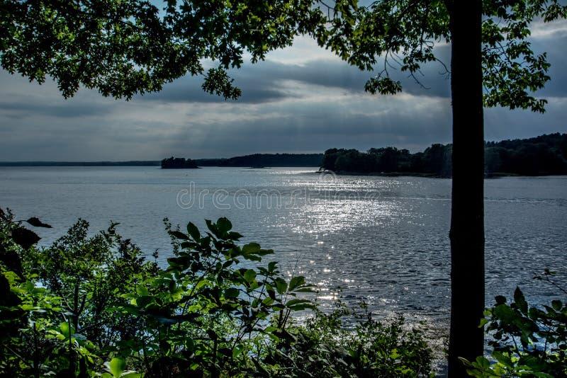Sonnenstrahlglanz durch eine Wolke lizenzfreies stockbild