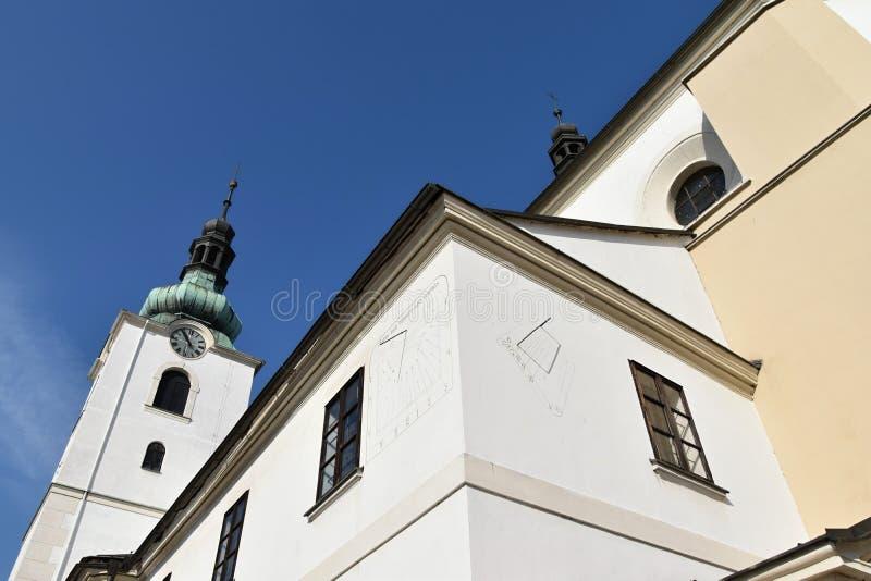 Sonnenuhr, Kirche in Svitavy, Tschechische Republik stockbilder