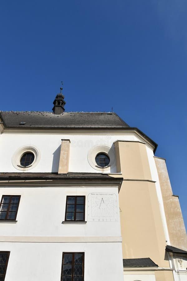 Sonnenuhr, Kirche in Svitavy, Tschechische Republik lizenzfreie stockfotografie