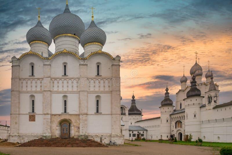 SonnenunterAussicht auf die Kathedrale von Anheuerung in Rostov Kreml Goldener Ring von Russland stockfotos
