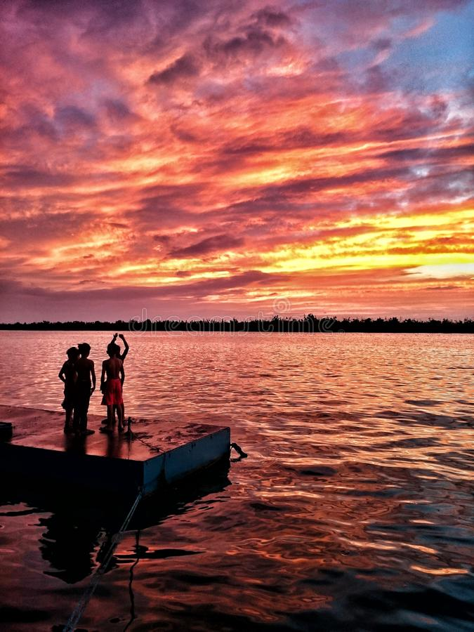 Sonnenuntergänge, wie Kindheit, werden mit Wunder nicht angesehen, gerade weil sie schön sind, aber weil sie flüchtig sind lizenzfreie stockfotografie