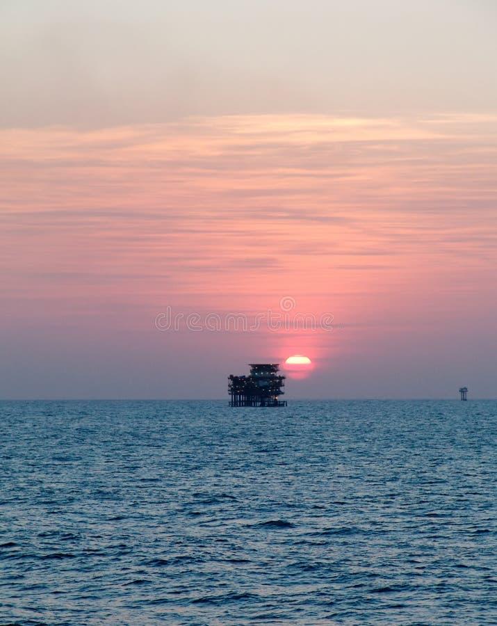 Sonnenuntergang über Ölfeld des Persischen Golfs lizenzfreie stockfotos