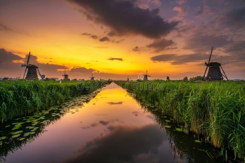 Sonnenuntergang über alten niederländischen Windmühlen in Kinderdijk, die Niederlande stockfoto