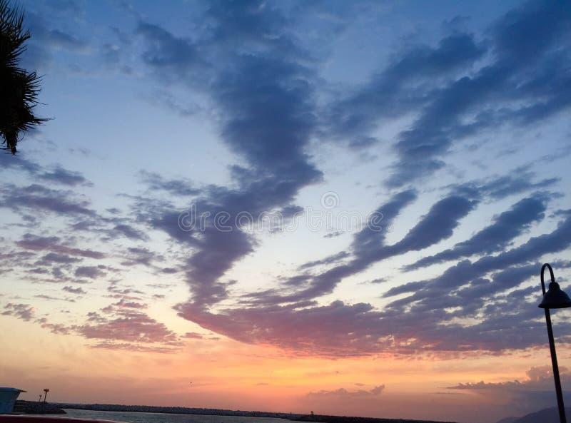 Sonnenuntergang über Anlegestelle lizenzfreie stockbilder