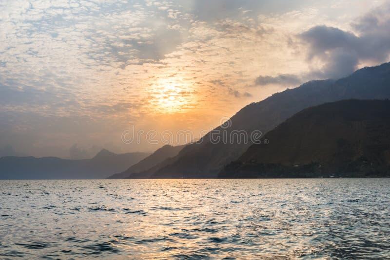 Sonnenuntergang über Atitlan See in Panajachel stockfotografie