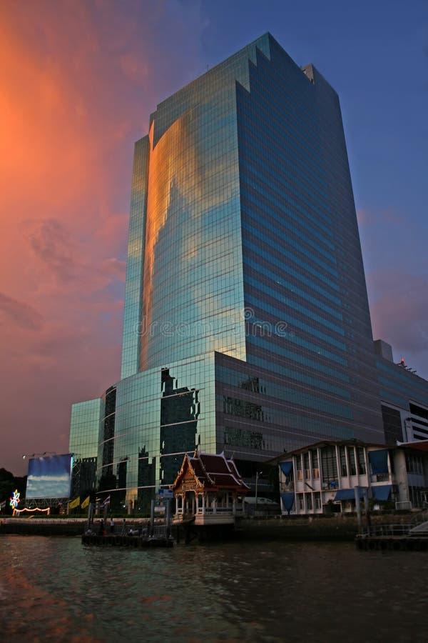 Sonnenuntergang über Büros stockbilder