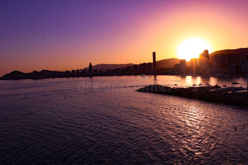 Sonnenuntergang über Benidorm lizenzfreie stockbilder