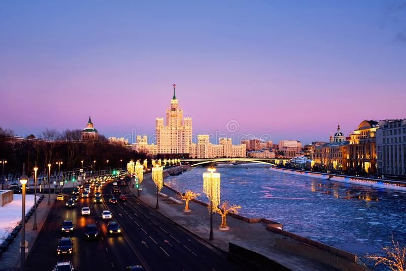 Sonnenuntergang über berühmten Marksteinen - Kotelnicheskaya-Damm-Gebäude in Moskau, Russland lizenzfreies stockfoto