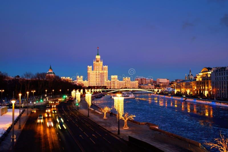 Sonnenuntergang über berühmten Marksteinen - Kotelnicheskaya-Damm-Gebäude in Moskau, Russland lizenzfreie stockbilder