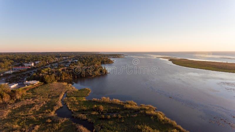 Sonnenuntergang über beweglicher Bucht lizenzfreie stockfotografie