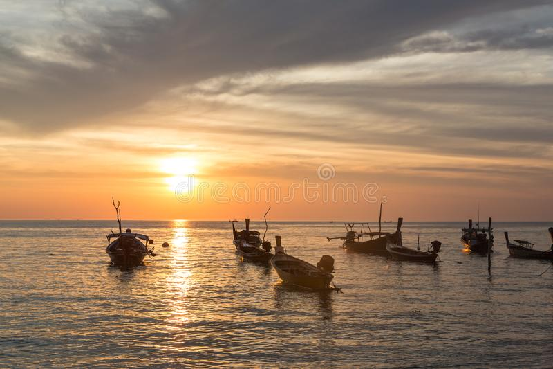 Sonnenuntergang über Booten in Koh Lanta in Thailand stockfoto