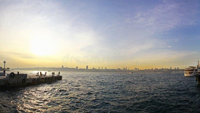 Sonnenuntergang über Bosphorus-Straße in Istanbul lizenzfreie stockbilder