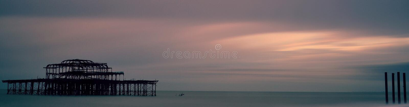Sonnenuntergang über Brighton West Pier lizenzfreies stockfoto