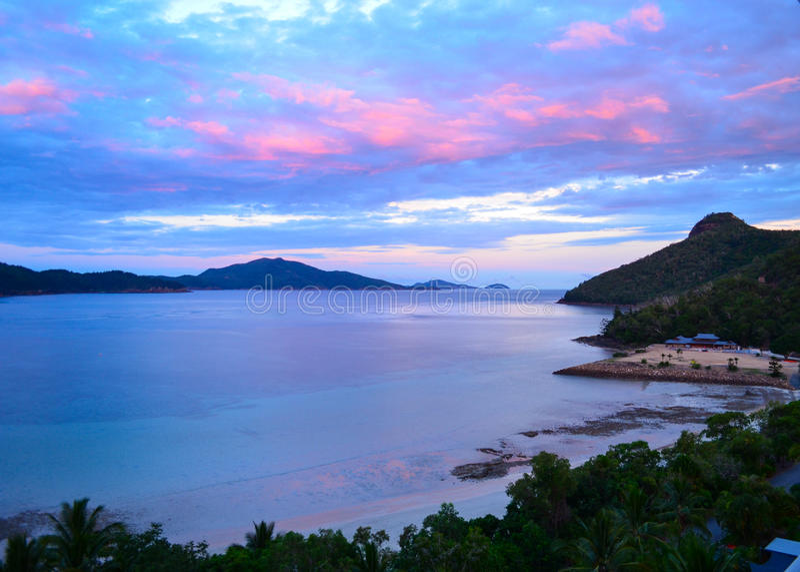 Sonnenuntergang über Cateye-Strand lizenzfreies stockbild