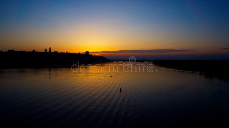 Sonnenuntergang über The Creek der Stadt stockbilder