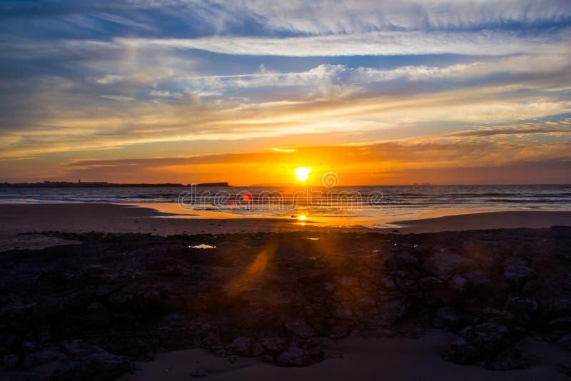 Sonnenuntergang über dem Atlantik aufgepasst von Baleal-Strand, Portugal stockfotografie