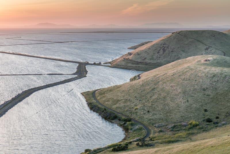 Sonnenuntergang über dem Bucht-Bereich stockfotos