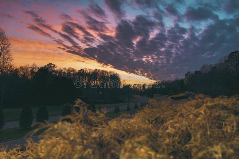 Sonnenuntergang über dem bunten Himmel stockbild