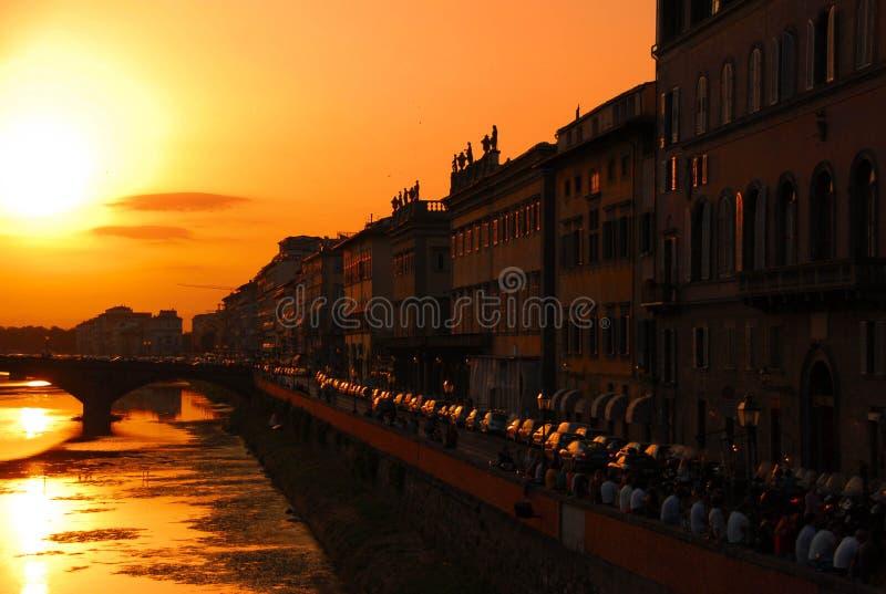 Sonnenuntergang über dem der Arno-Fluss in Florenz lizenzfreies stockfoto
