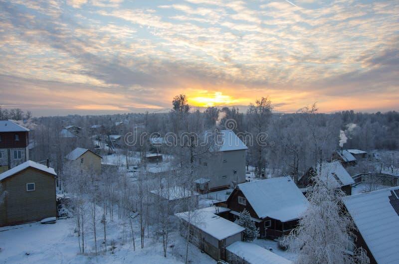 Sonnenuntergang über dem Dorf lizenzfreies stockfoto