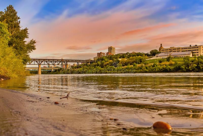 Sonnenuntergang über dem Edmonton-Fluss lizenzfreie stockfotos