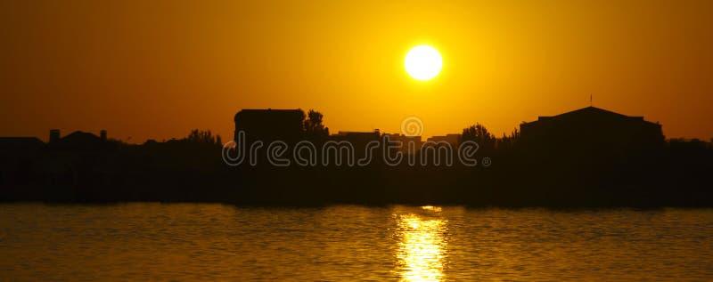 Sonnenuntergang über dem Fluss lizenzfreie stockfotos