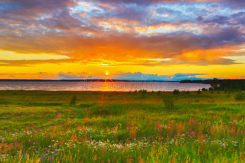 Sonnenuntergang über dem Fluss Kama stockbild