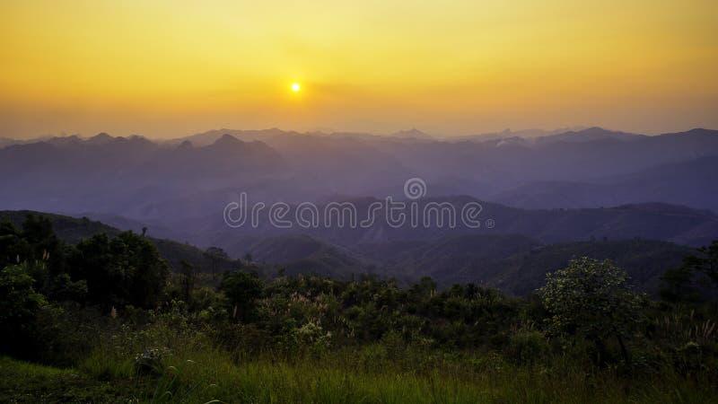 Sonnenuntergang über dem Gebirgskomplex stockfotografie
