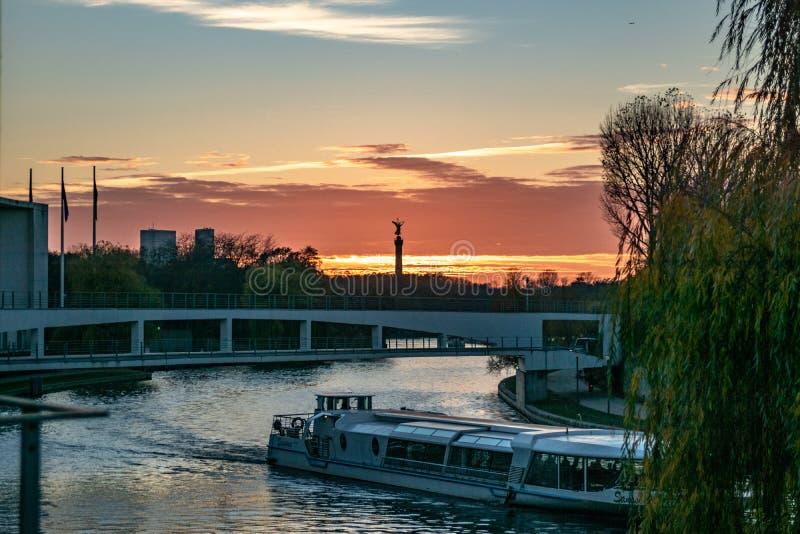 Sonnenuntergang über dem Gelagefluß in Berlin stockbilder