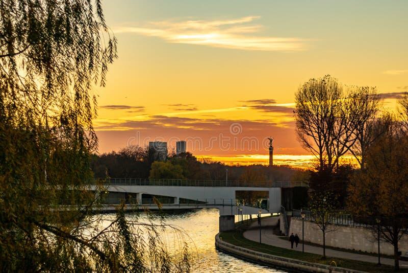 Sonnenuntergang über dem Gelagefluß in Berlin lizenzfreies stockbild