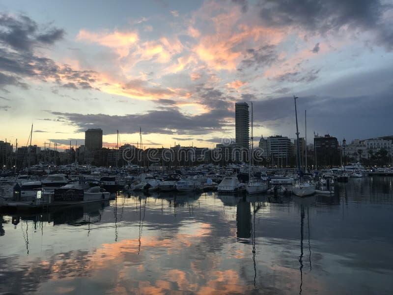 Sonnenuntergang über dem Hafen von Alicante, Spanien stockfoto