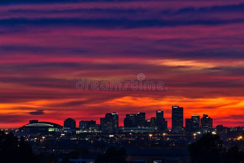 Sonnenuntergang über dem im Stadtzentrum gelegenen Phoenix, Arizona Skyline stockbild
