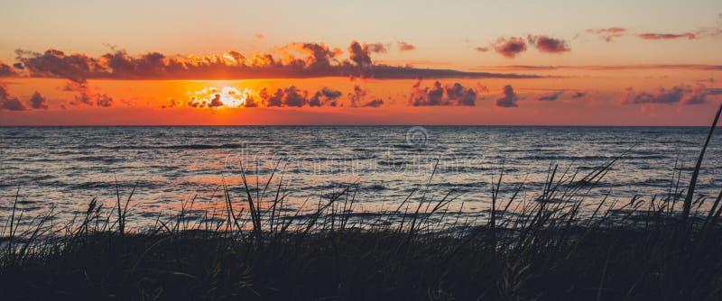 Sonnenuntergang über dem Meer stockfoto