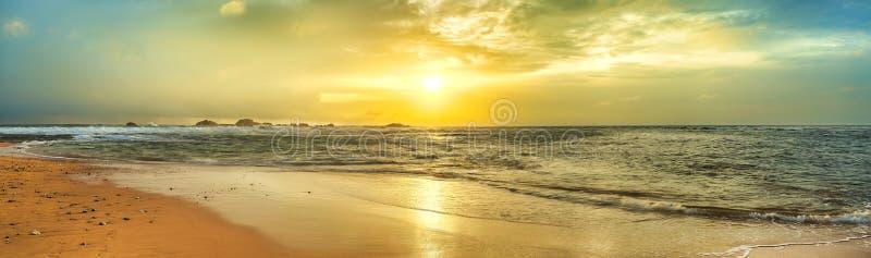 Sonnenuntergang über dem Meer Panorama lizenzfreie stockbilder