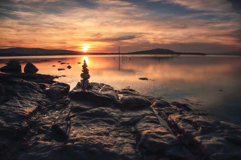 Sonnenuntergang über dem Meer und dem Berg stockbild