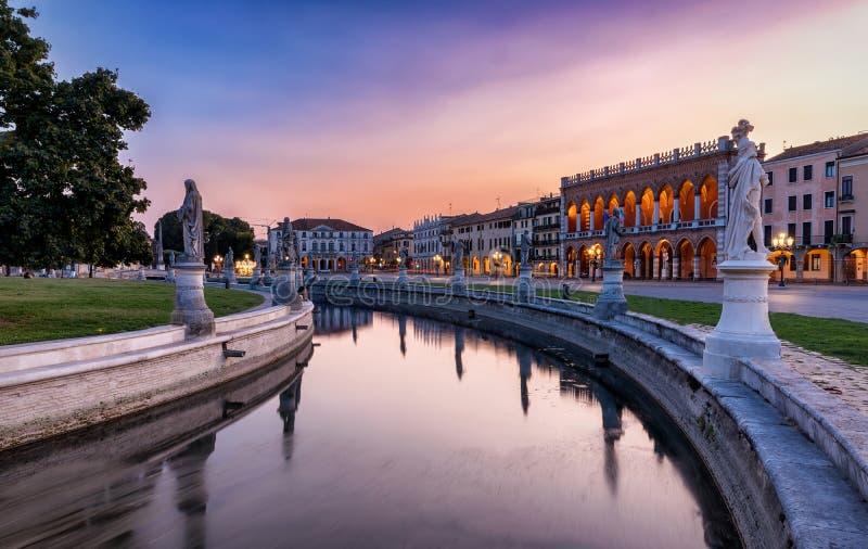 Sonnenuntergang über dem Prato-della Valle-Quadrat in Padua, Italien stockbild